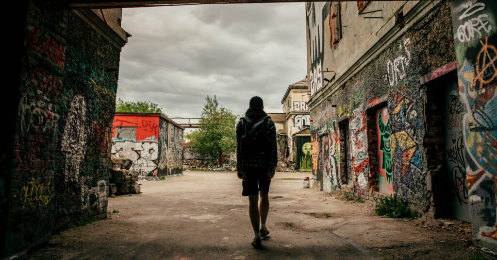 Спектакль-променад по граффити «4elovekvmaske_msk»
