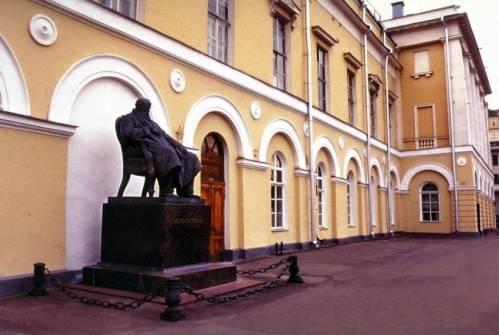 Здание Малого театра с памятником великому русскому драматургу А.Н.Островскому
